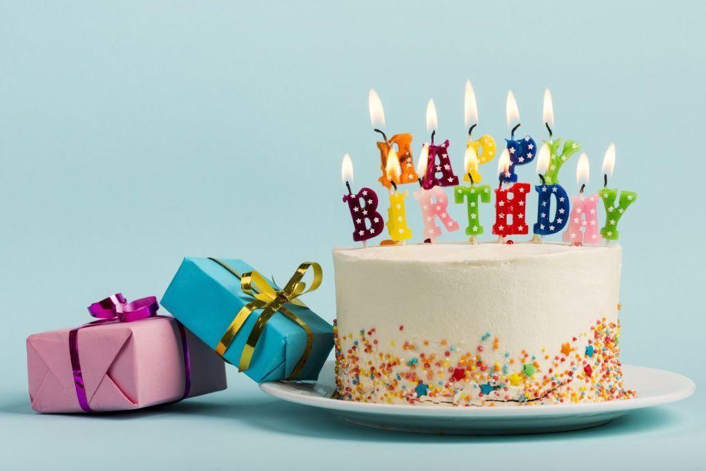 La imagen muestra una tarta de cumpleaños